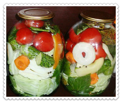 assorti na zimu iz ogurcov i pomidorov i kapusty