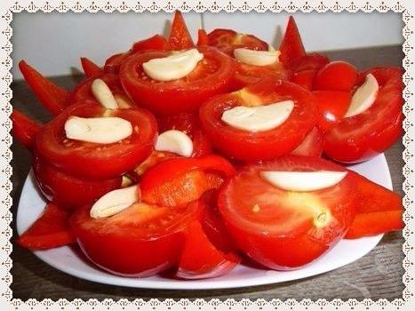 Marinovannye pomidory bystrogo prigotovlenija s chesnokom