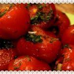 Pomidory malosolnye s chesnokom i zelenju v pakete