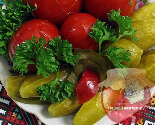 assorti-iz-ogurcov-i-pomidorov-na-zimu-samyj-vkusnyj-recept